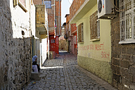 Turkey, Diyarbakir, view to alley in old town - SIE005455