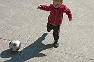 Baby boy playing soccer - MUF001510