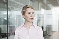 Germany, Munich, Businesswoman in office - RBYF000511