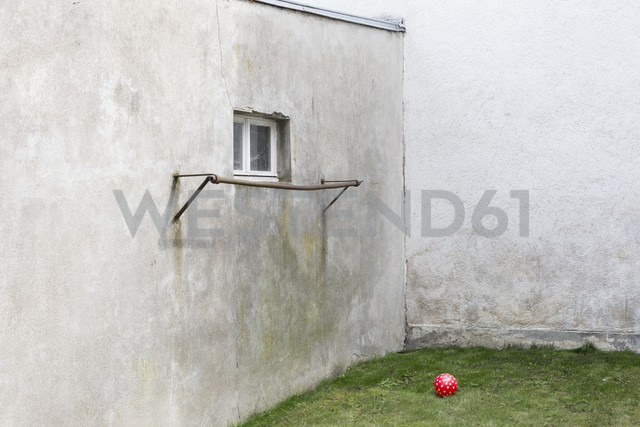 Germany, glum backyard with red ball - DR000692 - Stefan Rupp/Westend61