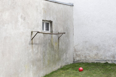 Germany, glum backyard with red ball - DR000692