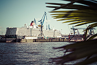 Germany, Hamburg, Cruise liner Queen Elisabeth at dock - KRP000585