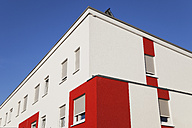 Germany, Cologne Widdersdorf, red-white facade of multi-family house - GWF003549