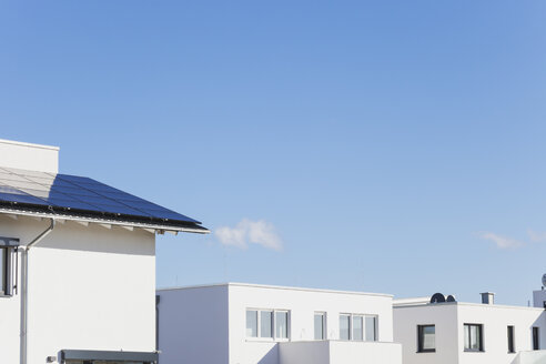 Germany, Cologne Widdersdorf, solar panels on roof of residential building - GWF003578