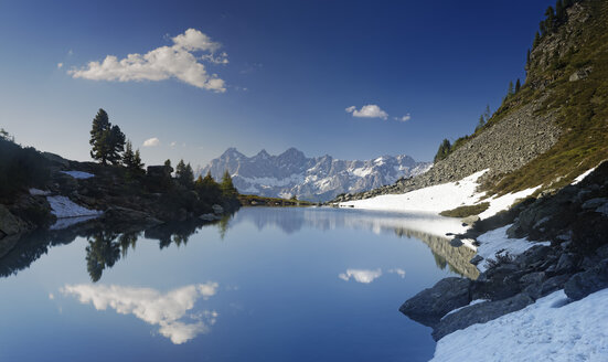 Austria, Styria, Liezen District, Tauern, View to Dachstein, Lake Spiegelsee - GFF000525