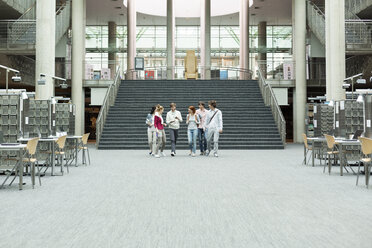 Group of students walking in a university library - WESTF019681