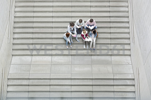 Group of students sitting on stairs - WESTF019698