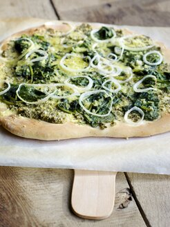 Home made pizza with lemon balm pesto, spinach and vegan cheese - HAWF000345