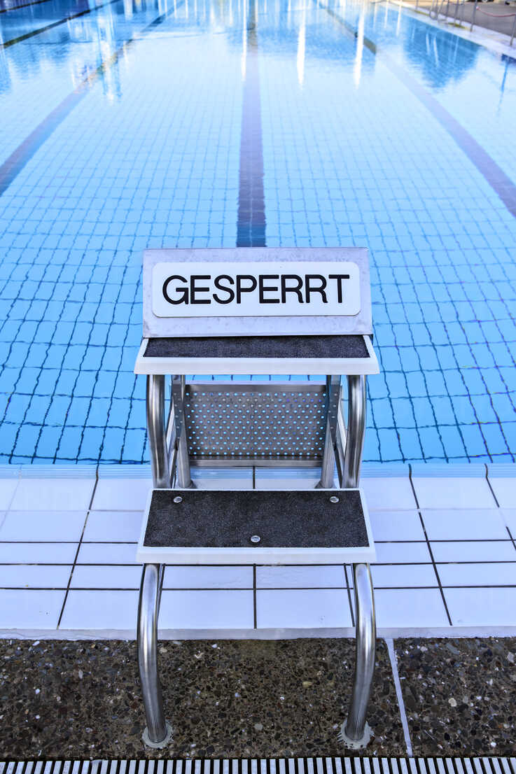 Springboard of swimming pool with prohibition sign - VTF000334 - Val Thoermer/Westend61