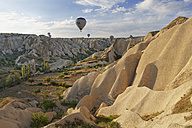 Turkey, Cappadocia, hot air balloons hoovering over tuff rock formations at Goereme National Park - SIE005527
