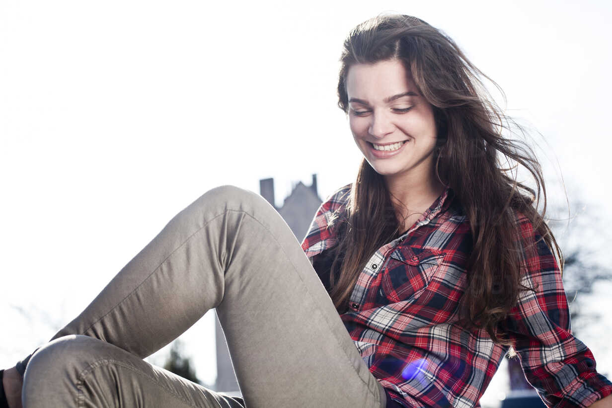 Portrait of smiling young woman sitting on car roof - FEXF000085 - Team-Up/Westend61