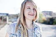 Portrait of smiling young woman - FEXF000090
