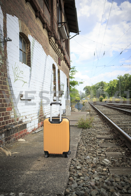 Germany, Bavaria, Yellow suitcase on the railway station in Coburg - VTF000339 - Val Thoermer/Westend61