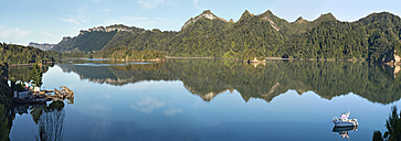 New Zealand, South Island, Tasman, Whanganui Inlet, islands and mountains reflecting in the water - SHF001505