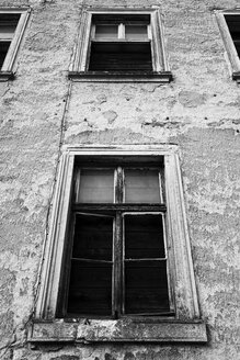 Germany, Saxony, Meissen, facade of old abandoned multi-family house - EL001113