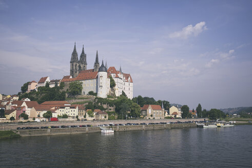 Germany, Saxony, Meissen, Albrechtsburg castle with twin towers of cathedral in background - ELF001115