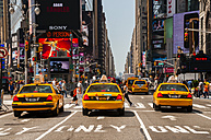 USA, New Yorck City, Manhattan, yellow cabs waiting at traffic light on Times Square - WG000331