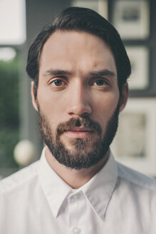 Portrait of young bearded man wearing white shirt - MFF001151