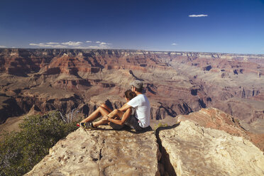 USA, Arizona, couple enjoying the view at Grand Canyon - MBEF001080
