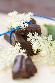 Homemade vegan chocolate with elderberry syrup and elderflowers - MYF000480