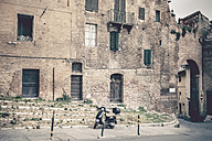 Italy, Tuscany, Siena, Vespa in front of an old house - SBD000938
