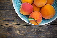 Bowl of apricots on wood, partial view - LVF001539