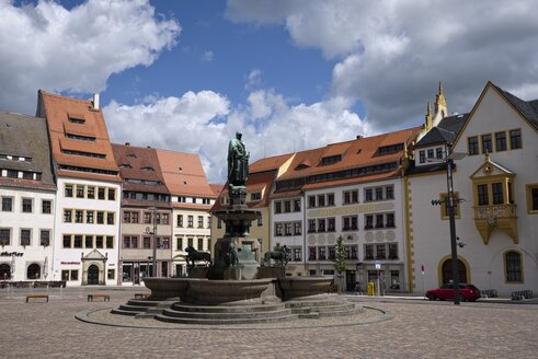 Germany, Saxony, Freiberg, Upper Market with fountain and statue of founder of the city Otto II, Margrave of Meissen - EL001157