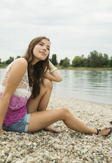 Young woman relaxing on the beach - UUF001199