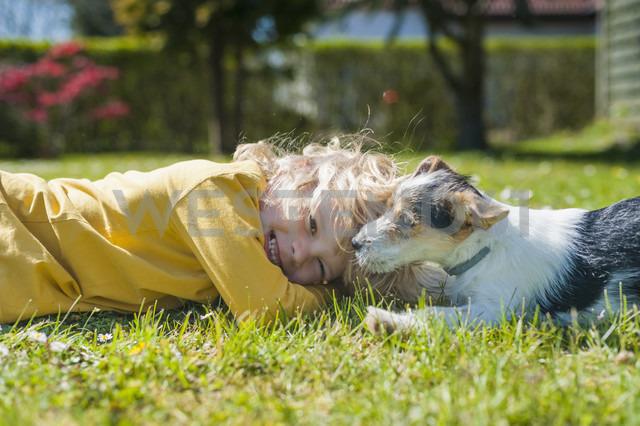 Boy playing with Jack Russel Terrier puppy in garden - MJF001305 - Jana Mänz/Westend61