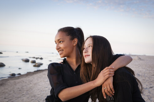 Germany, Ruegen, Two young female friends at the beach - OJF000044