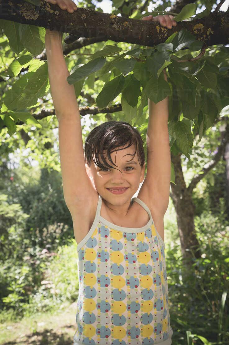 Portrait of smiling little girl climbing on tree - LVF001589 - Larissa Veronesi/Westend61