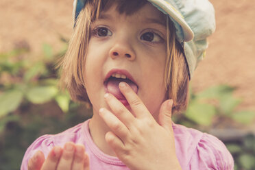 Portrait of little girl eating red currants - LVF001626