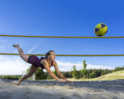 Germany, Young woman playing beach volleyball - STSF000444