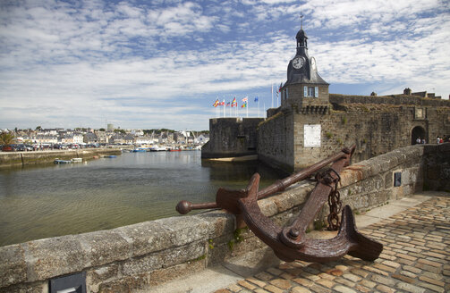 France, Bretagne, Finistere, Concarneau, Old town, Ville close and anchor - DHL000480