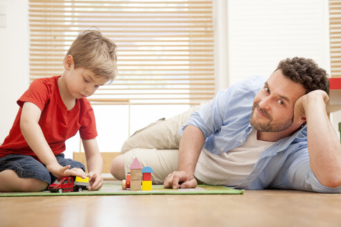 Father and son playing together in the nursery - MMFF000290