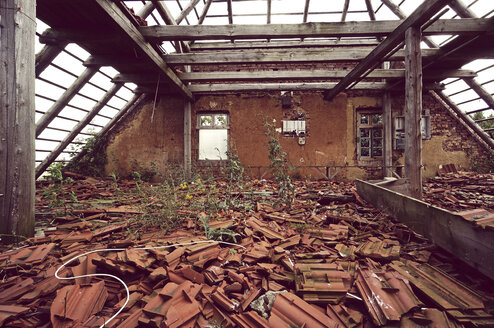 Germany, roof truss of ramshackled one-family house - HOH000918