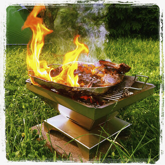 Belgium, WALLONIE, The Ardennes, burning barbeque, Lamb Chops and sweet peppers - GWF002999
