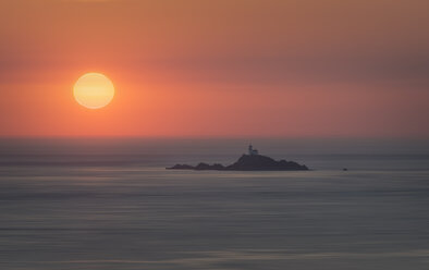 France, Bretagne, Cap Sizun, Pointe du Raz, island with light house in front of sunset - MKFF000029