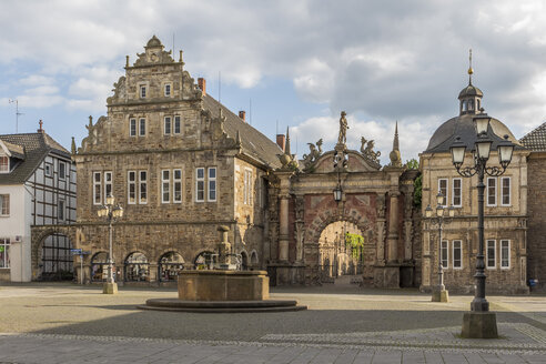 Germany, Lower Saxony, view to entrance portal of Bueckeburg Castle with market place in front - PVCF000044