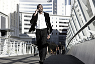 Southafrica, young African business man walking - KD000005