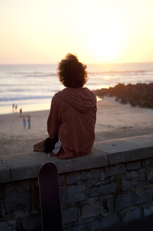 France, Aquitaine, Capbreton, skateboarder watching the sea at twilight - FAF000039