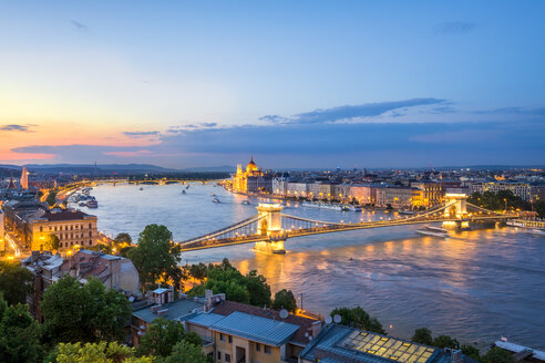 Hungary, Budapest, View from Buda to Pest, Chain bridge and Danube river in the evening - PUF000001