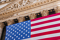 USA, New Yorck City, Manhattan, facade of stock market with national flag, partial view - WG000394