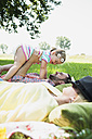 Young couple and little daughter relaxing in nature - UUF001542