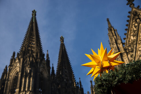 Germany, North Rhine-Westphalia, Cologne, Christmas market at Cologne Cathedral - WGF000402