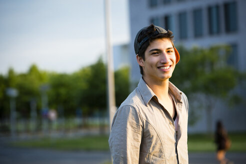 Portrait of smiling young man wearing basecap - FX000063