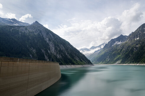 Austria, Tirol, Zillertal, Schlegeis-reservoir in front of Mountains Hochfernerspitze and Hochfeiler - MKFF000064