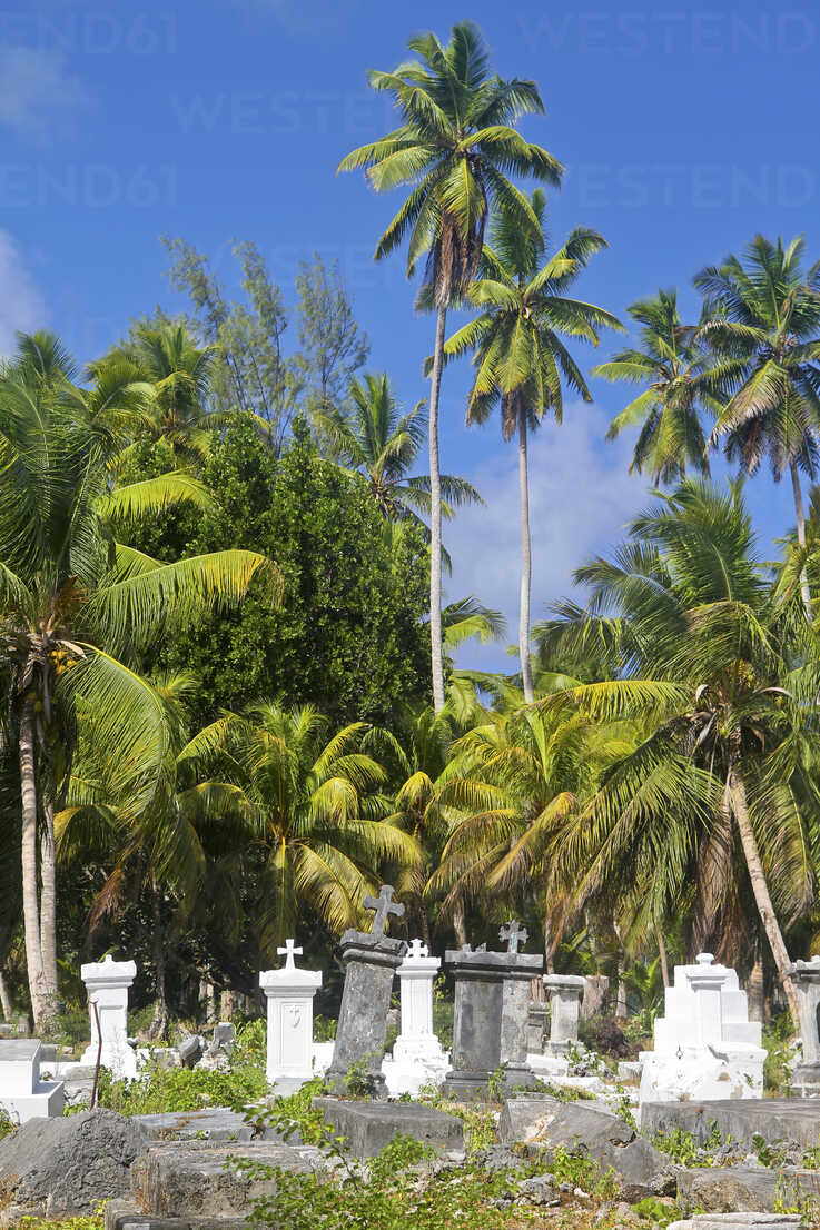 Seychelles, View of the cemetery L'Union Estate at La Digue Island - KRPF000755 - Kristian Peetz/Westend61