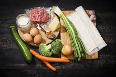 Ingredients for puff pastry tart with mincemeat and vegetables - MAEF008944