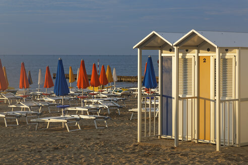 Italy, Friuli-Venezia Giulia, Province of Udine, Beach with sun loungers and changing cubicles - GF000544